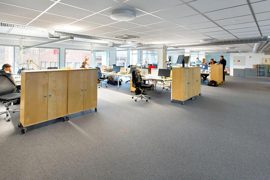 Åpent kontorlandskap med hyle-og-rope-forbud.