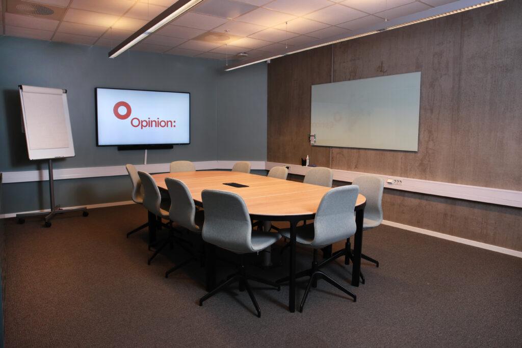 Møterommet Beerenberg med nye møbler og teknisk utstyr i 2019