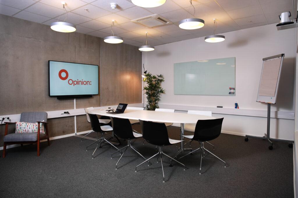 Møterommet vårt Etna med nytt teknisk utstyr i 2019