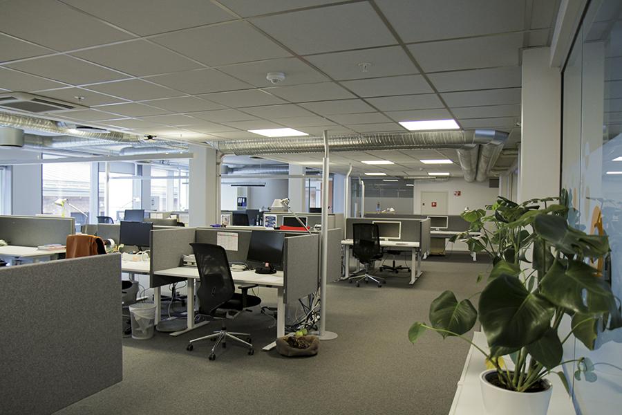 Åpent kontorlandskap med rope- og hyleforbud.